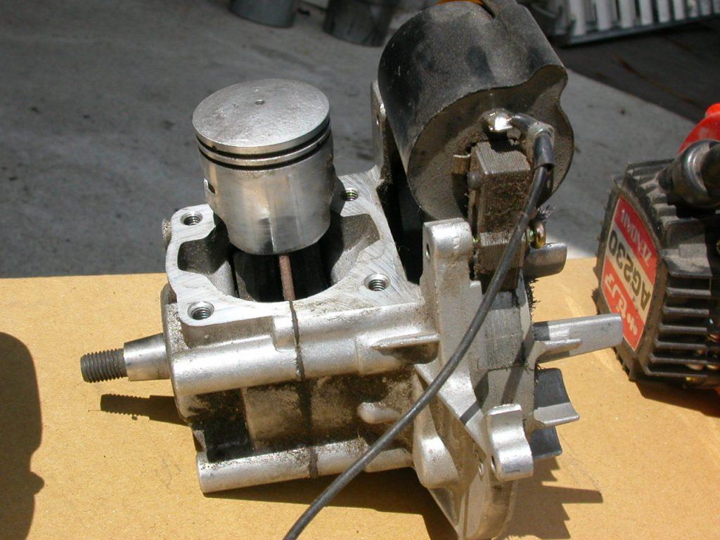 小型エンジンの点検や修理作業